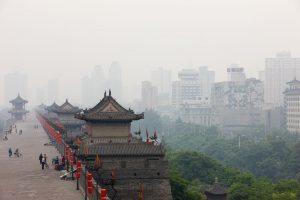Contraste entre le monde traditionnel agricole et la mégapole de Xi An l'ayant intégré au fur et à mesure de son expansion